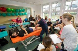 Physiotherapieunterricht an der Bildungsakademie für Therapieberufe, Bestwig. (Foto: René Golz)